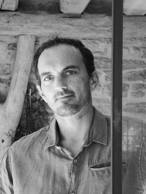 Anthony Hautbois, charpentier artisanal, métallier et designer à Bois et Fer Création à Arradon dans le Morbihan.