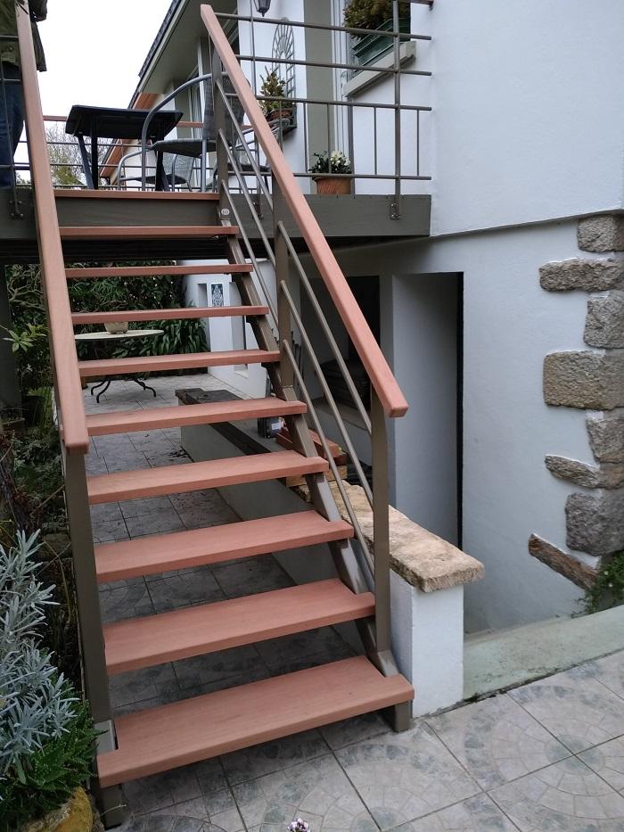 escalier exterieur sapelli et garde-corps métal réalisé par Anthony Hautbois de Bois et fer création à Auray dans le Morbihan