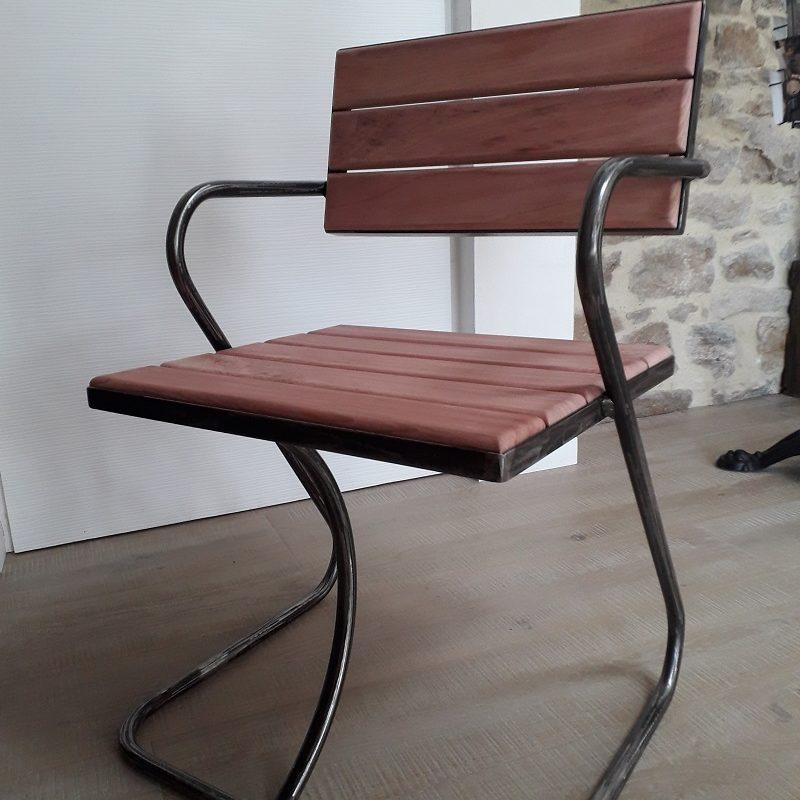 Chaise design en sequoia créée et réalisée par Anthony Hautbois, créateur de mobilier chez Bois et Fer Création à Arradon dans le Morbihan.